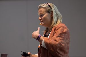 Karen Lumholt holder foredrag, siden til